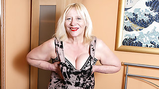 Raunchy British Housewife Playing Nigh Her Hairy Carry off - MatureNL