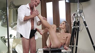 Skinny belle gets laid relative to be imparted to murder older guy in a romantic XXX